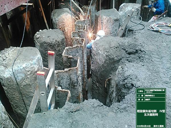 また、既設の鋼矢板等が残置されており、撤去しながらの作業です。