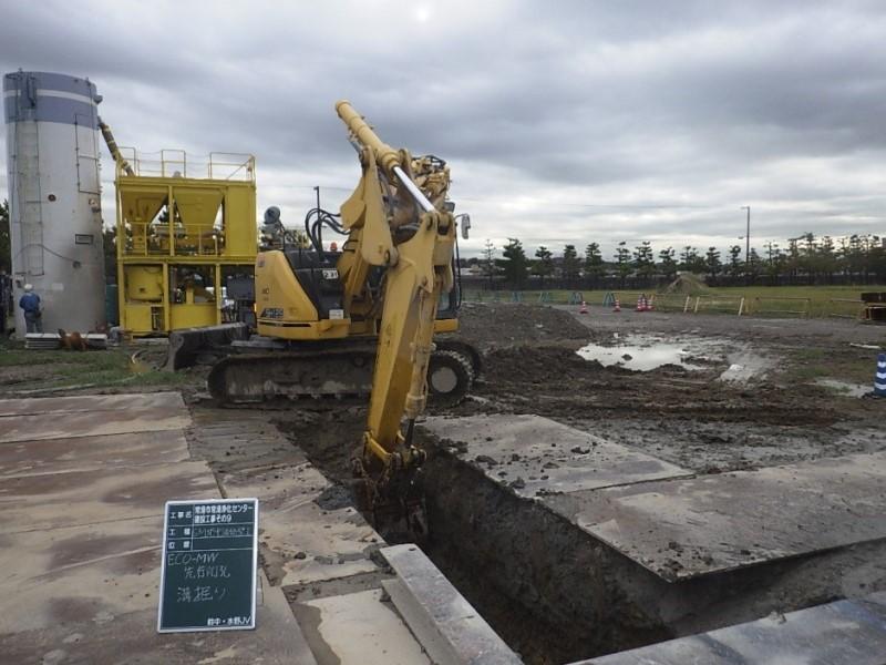 連続地中壁の溝掘り施工中。