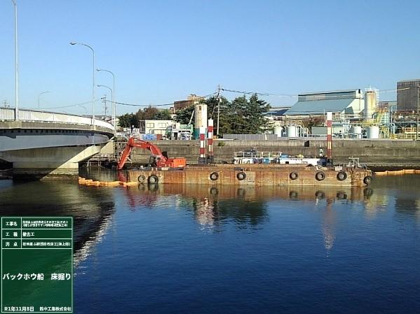 バックホウ浚渫船 床掘り状況